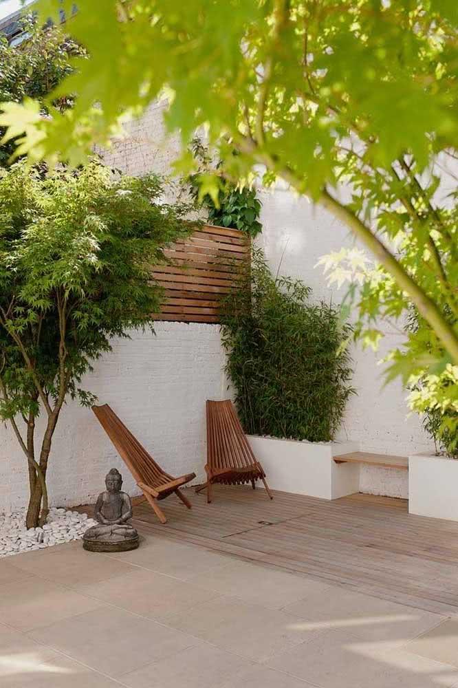 Área externa zen com jardim com pedras lateral.