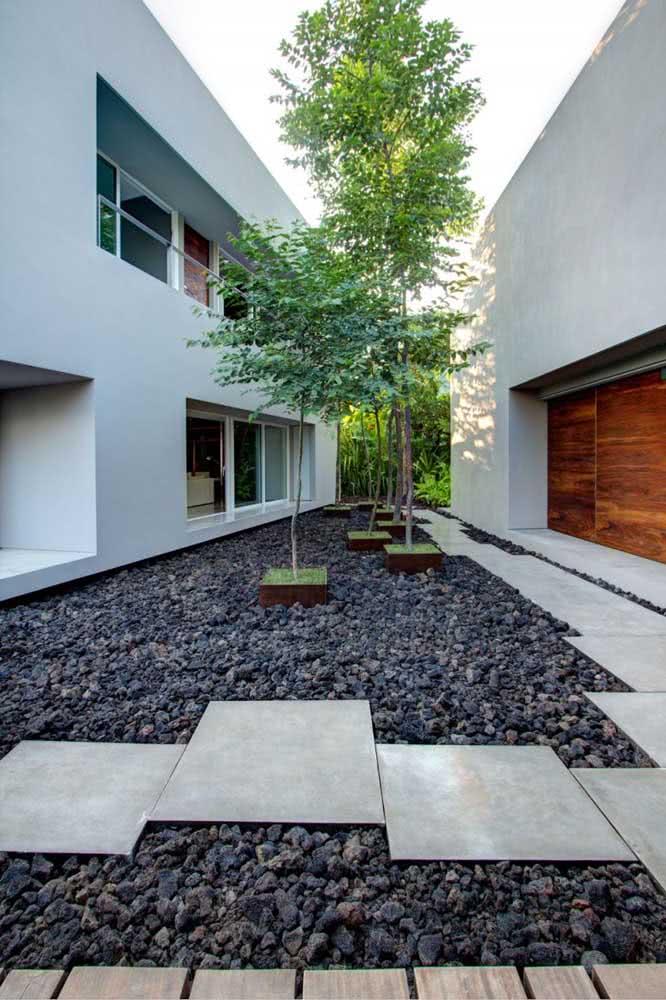 Existem diferentes tipos de pedras para compor o seu jardim. Escolha a opção que mais combina com o seu projeto esteticamente.