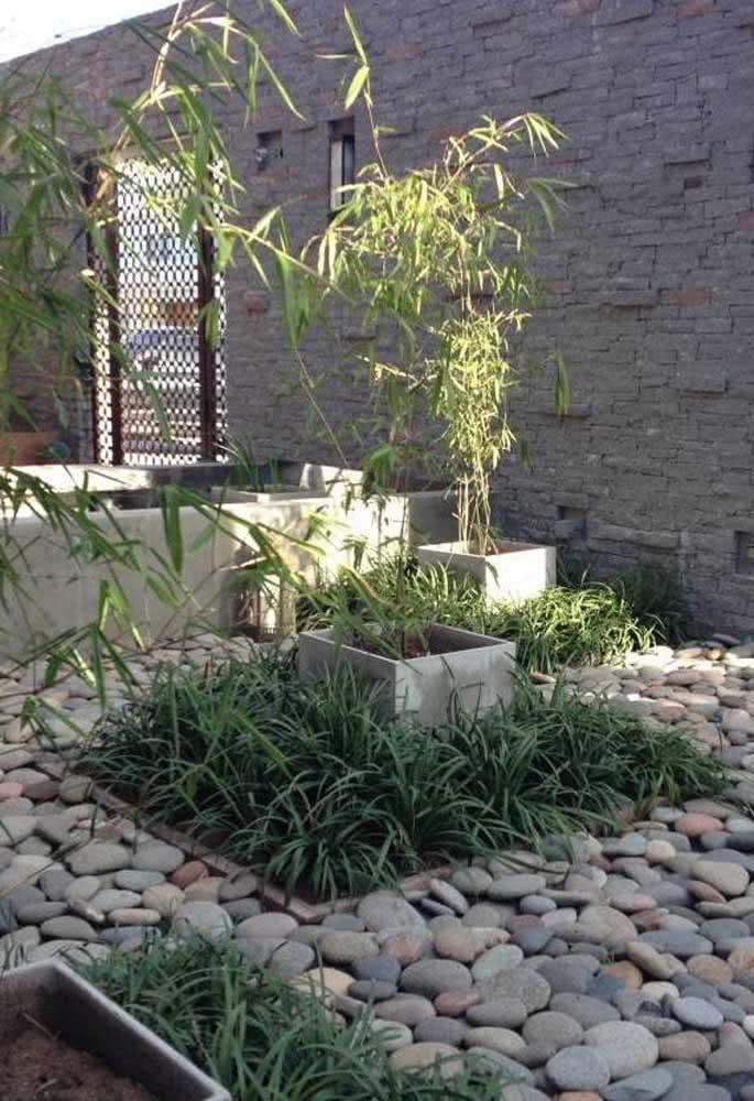 Jardim com pedras pequeno e todo planejado.