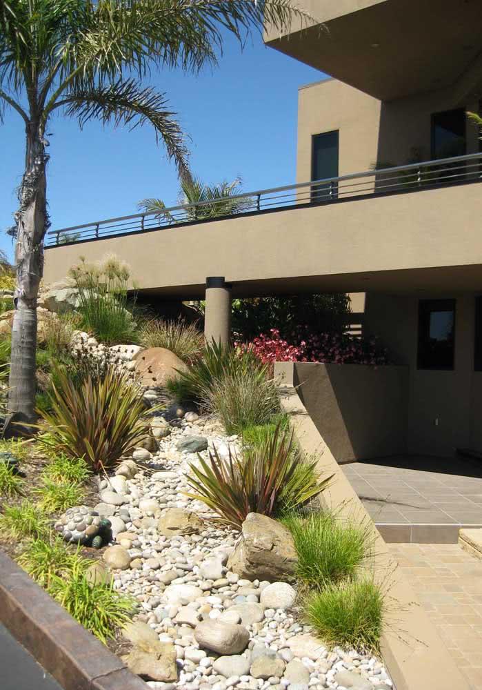 Já nesta área externa da residência, a pedra foi utilizada no jardim da frente da construção.