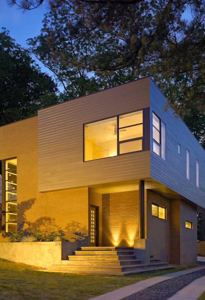 Fachada de casa de esquina com revestimento de tijolos de madeira.