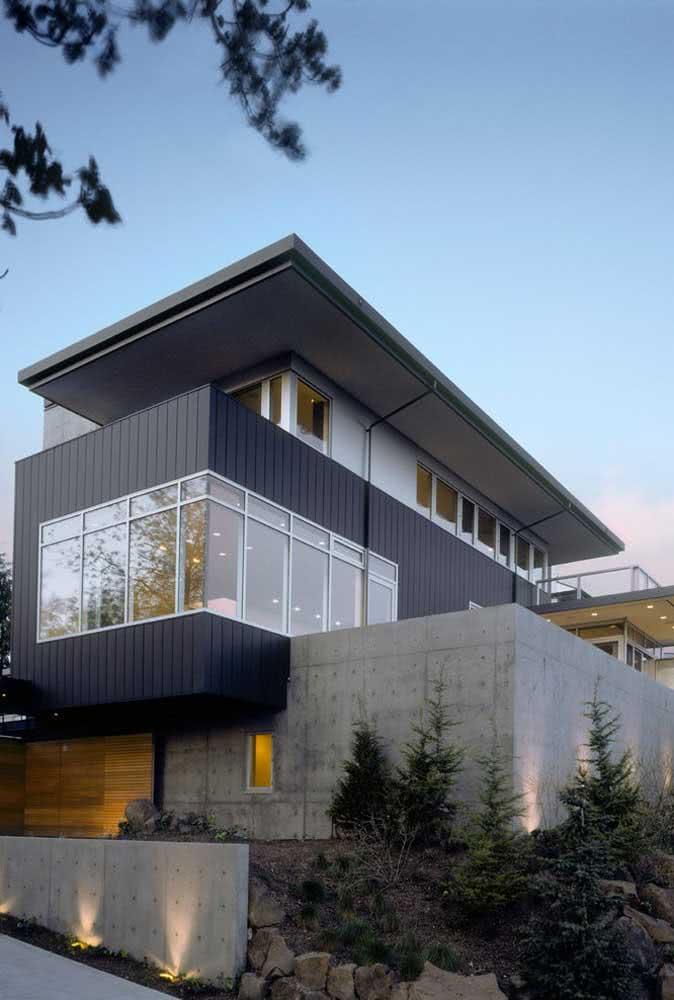 Fachada de casa de esquina grande com concreto aparente.