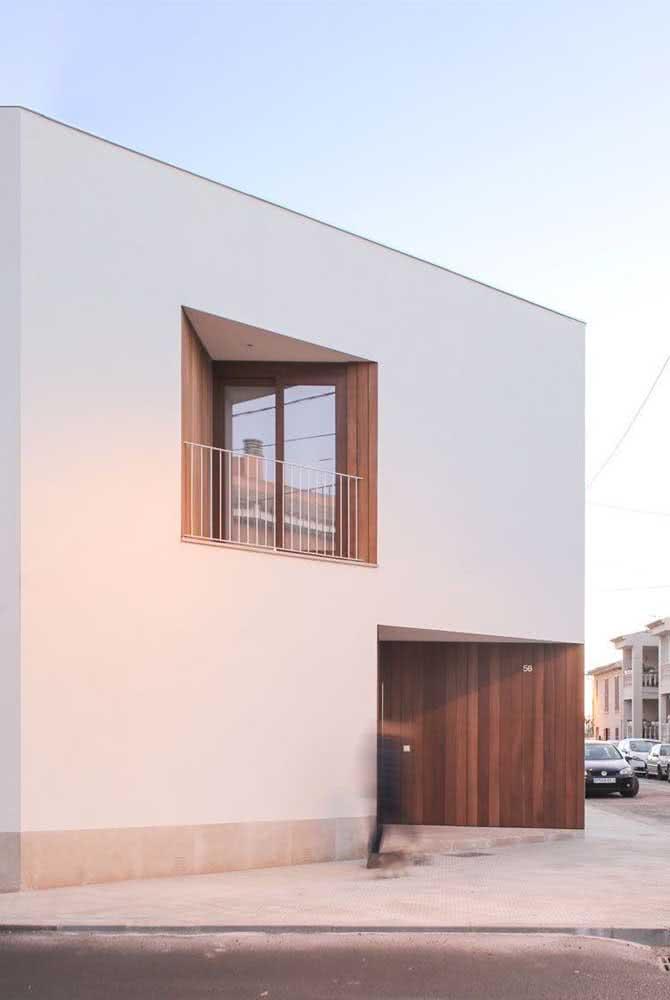 Casa minimalista de esquina com parede branca.
