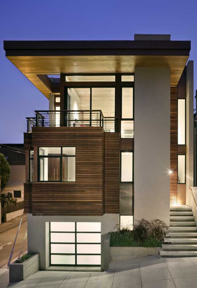 Casa estreita com ampla área de vidros para ser iluminada.
