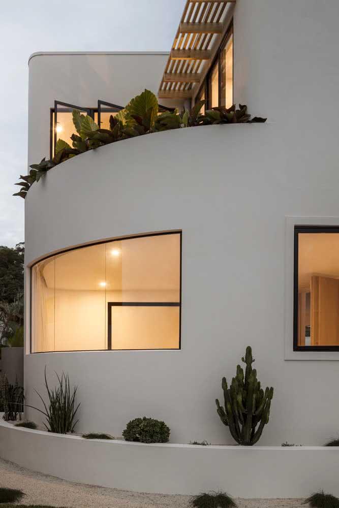 O formato curvado pode ser aproveitado para criar pequenos espaços ou aberturas. Aqui um jardim no pavimento superior e janelas com vidro curvado no pavimento inferior.