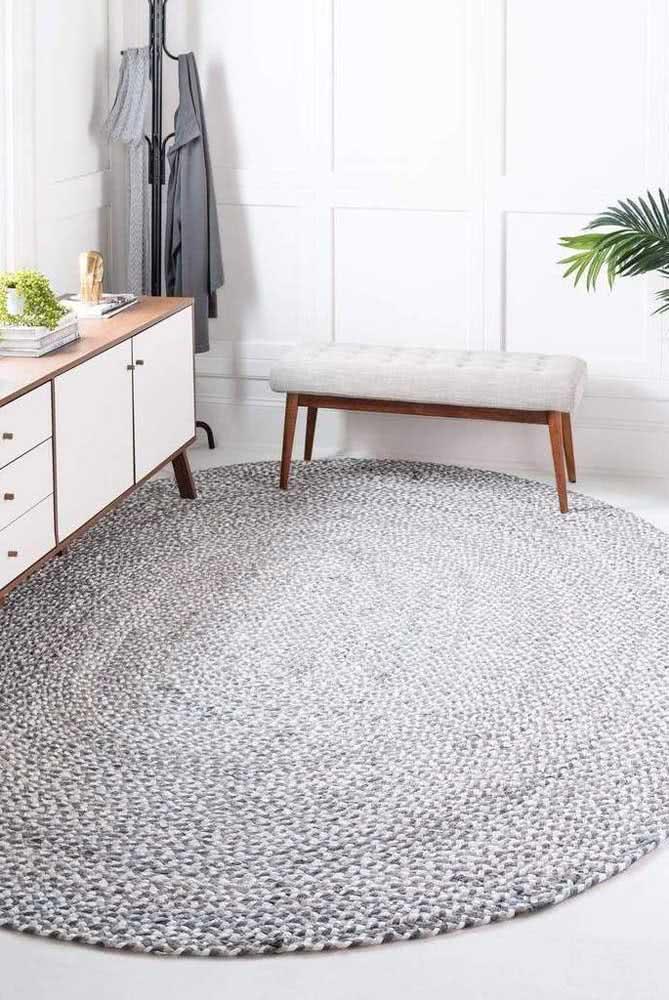Tapete grande e cinza oval para dispor na sala de estar.