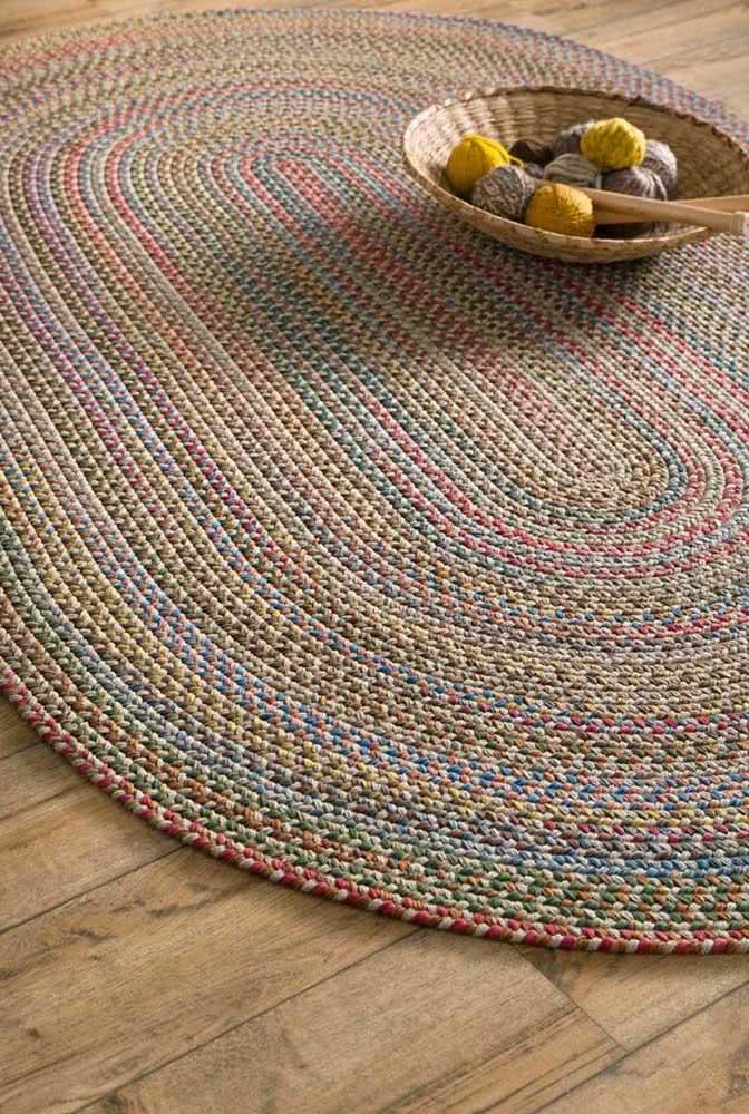 Multicolorido: essa peça oval recebeu pontos coloridos, cada um com uma cor.