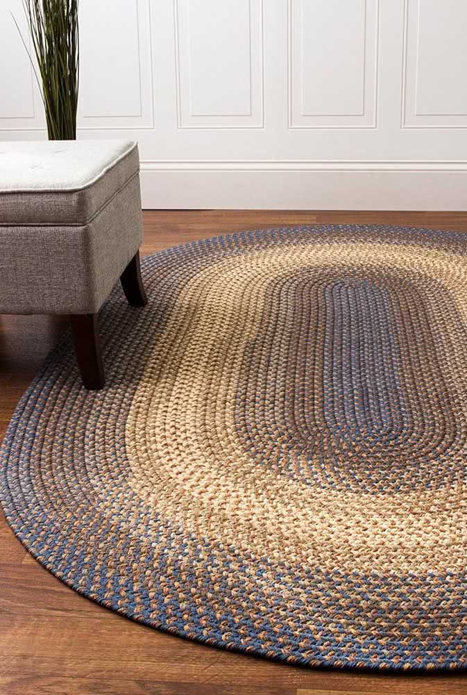 Tapete de crochê oval para sala com pontos em azul, creme e tons de marrom.