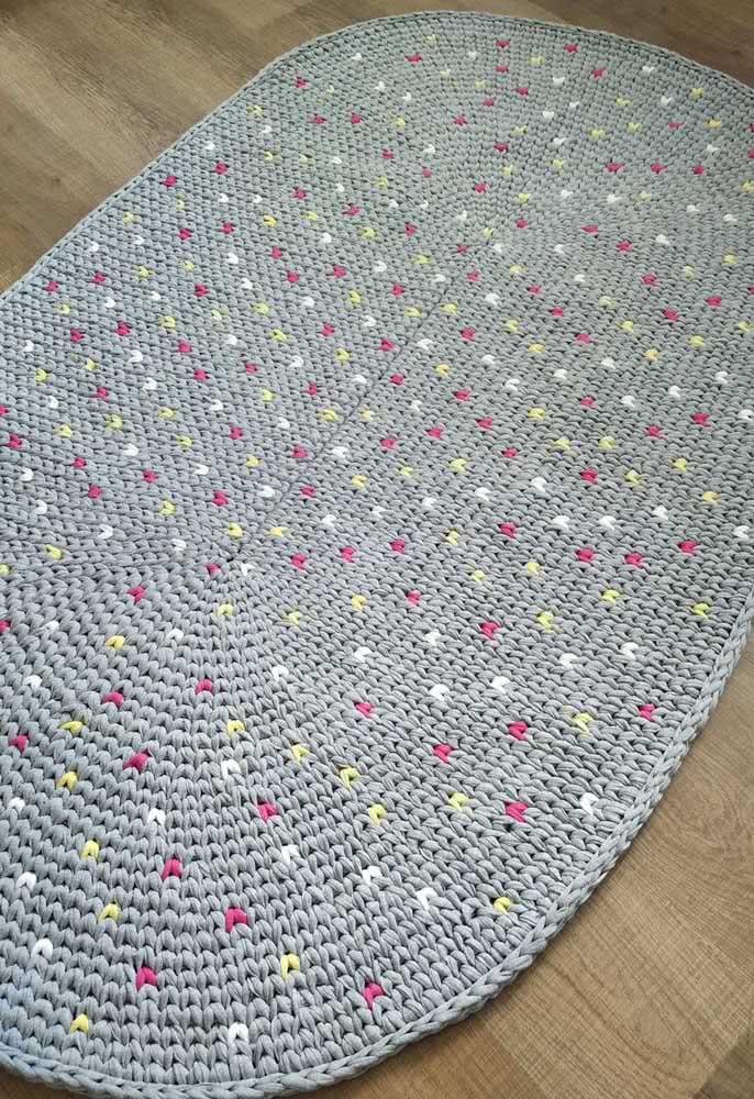Já este incrível modelo recebeu pontos coloridos nas cores amarelo, branco e rosa por toda a extensão do tapete.