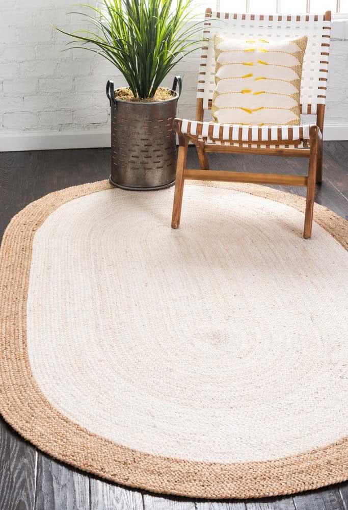 Um incrível modelo de tapete de crochê com barbante palha ao redor e barbante branco por toda a extensão do tapete.