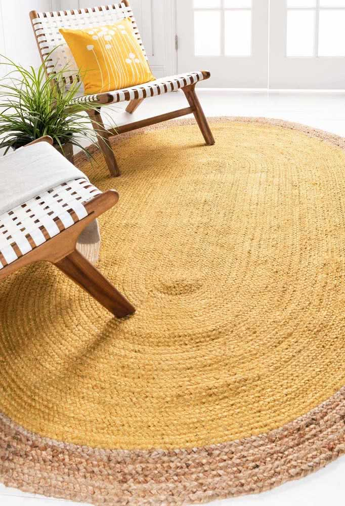 Tapete de crochê mostarda: neste cantinho da espera, a almofada e as poltronas combinam super bem com o estilo.