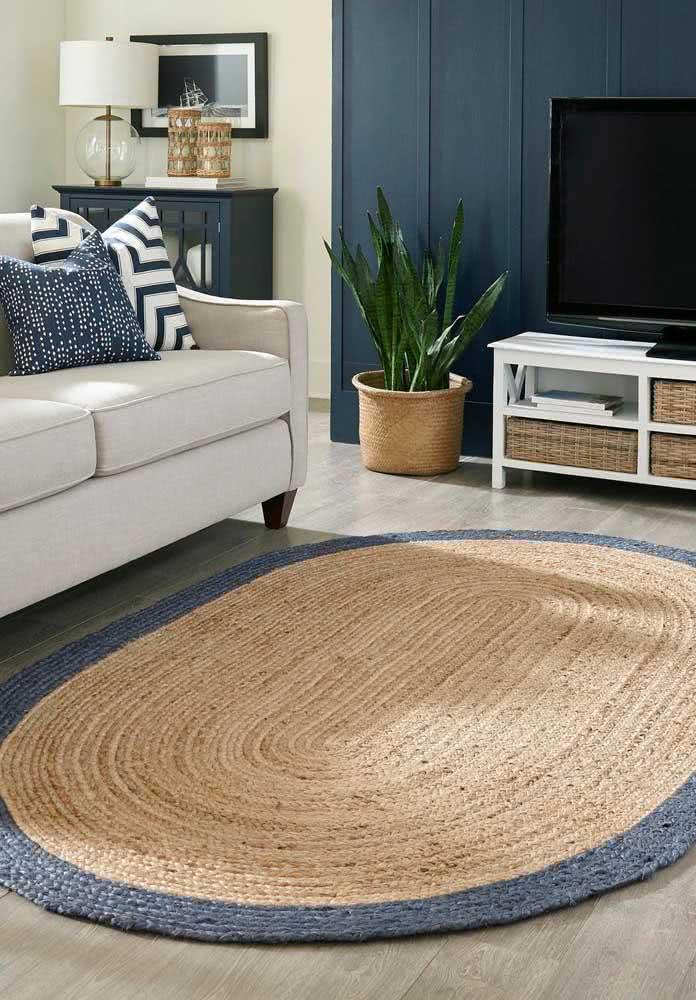 Tapete de crochê na cor palha com borda azul escura.