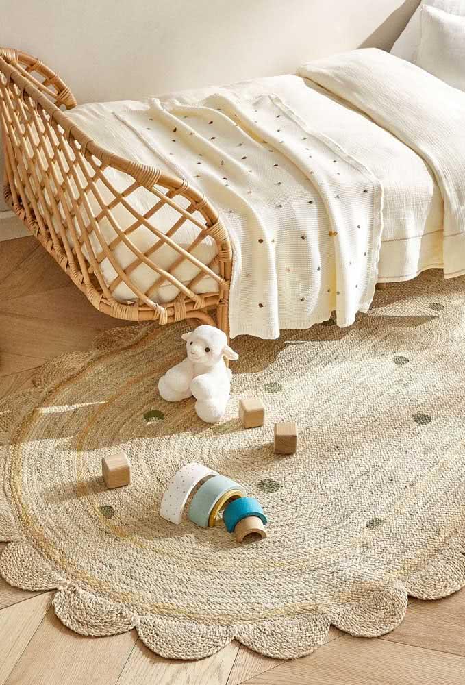 Toda a rusticidade do crochê para um quarto infantil: tapete de crochê na cor palha.