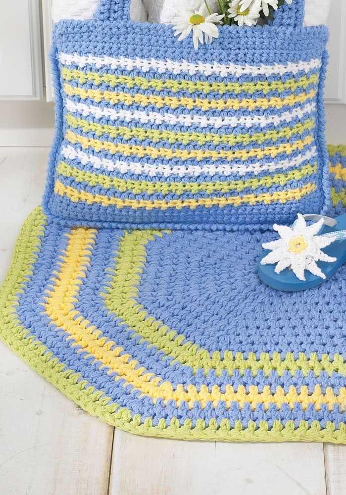 Jogo de tapete de crochê oval e bolsa com barbante azul anil, verde e branco.