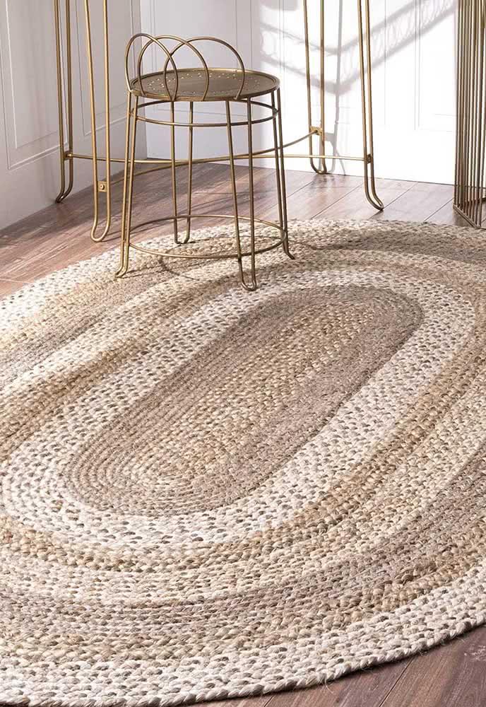 Tapete de crochê palha combina super bem com peças metálicas douradas.