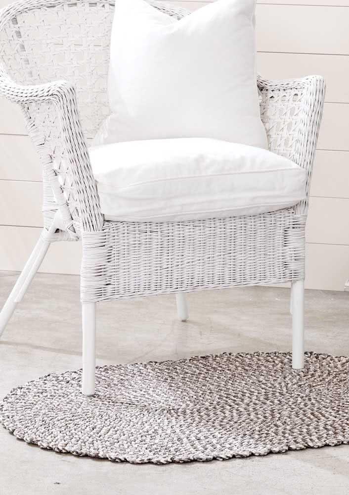 Pontos de crochê branco e marrom nesta peça de tapete que vai super bem em áreas externas.