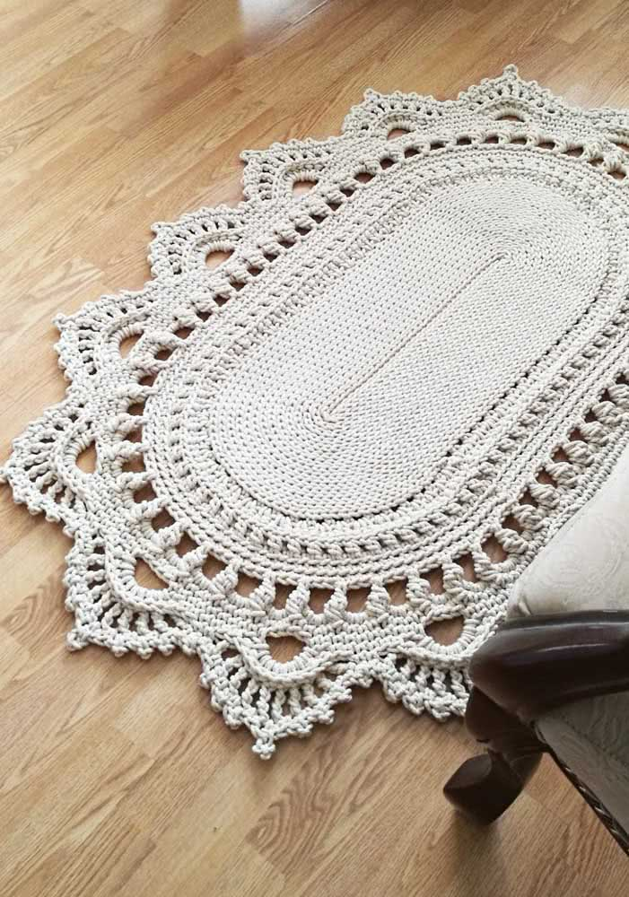Modelo oval de crochê cinza com diferentes adornos.