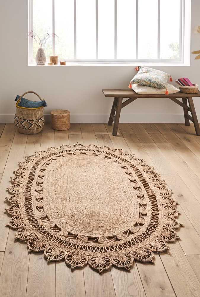 Tapete cor palha grande e oval para dispor em sua sala.