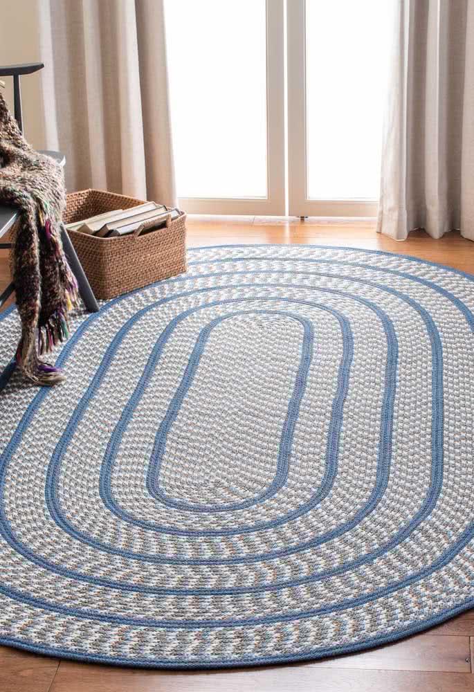 Pontos coloridos e listras azuis por toda a extensão do tapete.