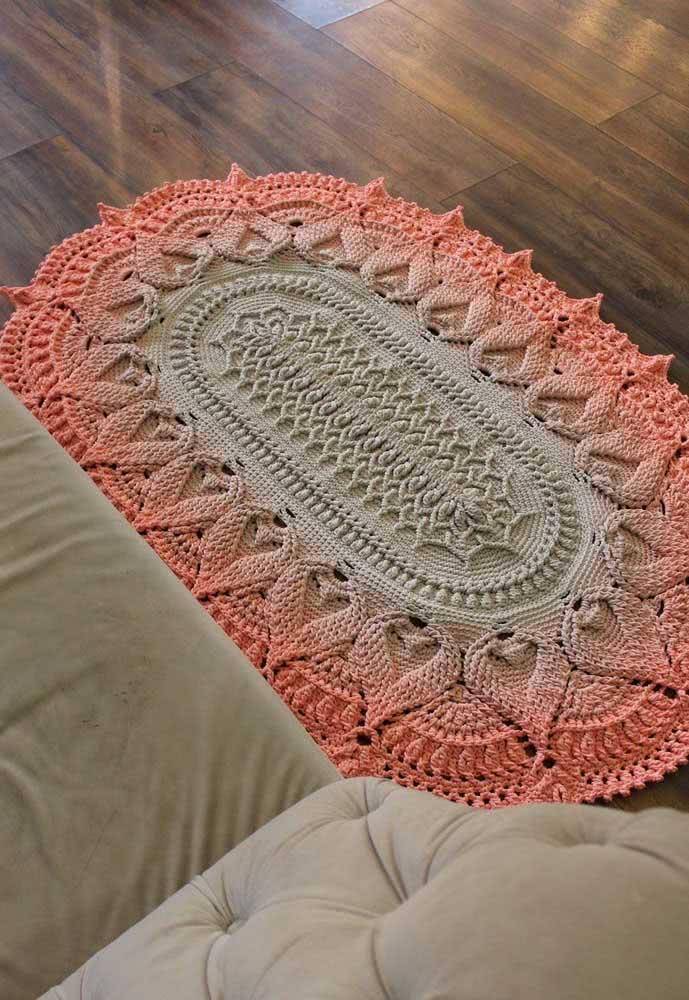 Tapete de crochê oval com degradê entre o rosa e o verde-água