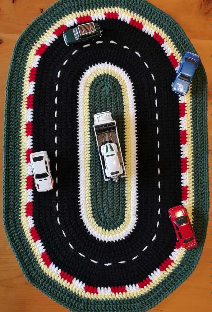Para os meninos brincarem: tapete de crochê como pista para os carrinhos de brinquedo.