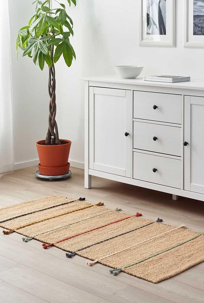 Modelo de tapete de crochê palha com pequenas listras coloridas que seguem toda a dimensão da peça.