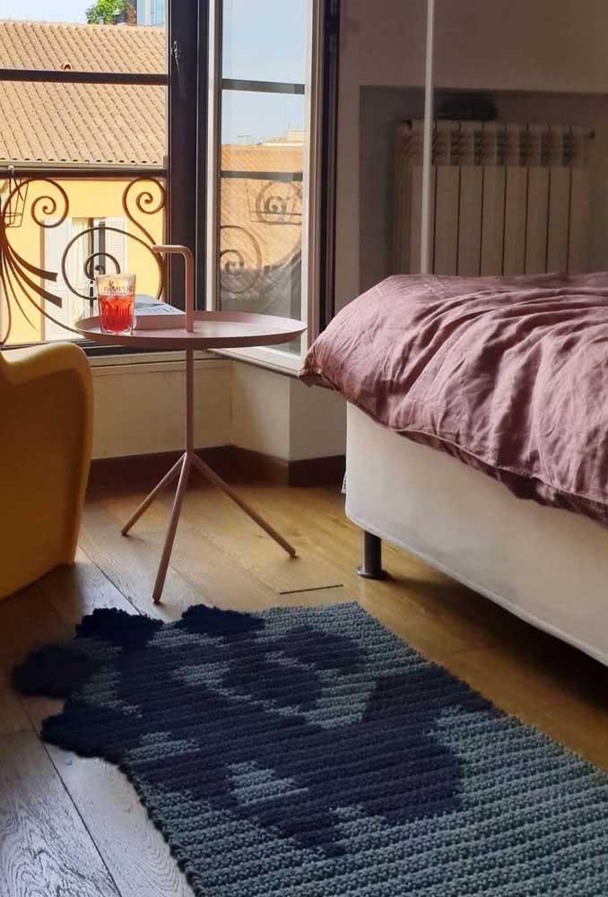 Tapete retangular cinza escuro e azul marinho para quarto de casal.