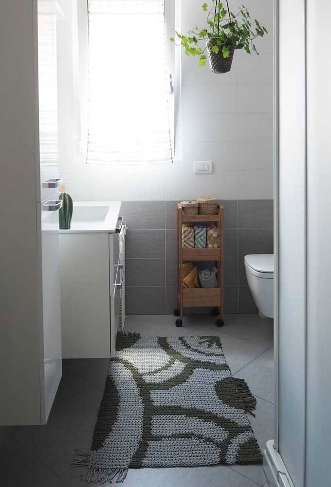 Para trazer mais conforto ao banheiro: modelo com barbante azul e verde.