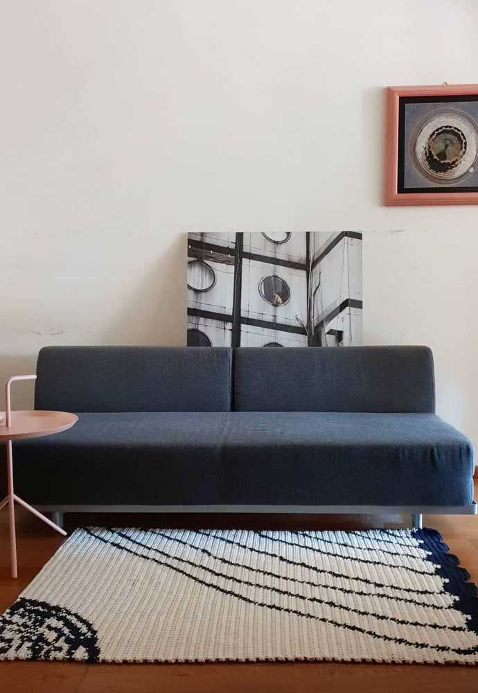 Já esta opção de tapete retangular para sala tem a base creme com desenhos com barbantes azul marinho.