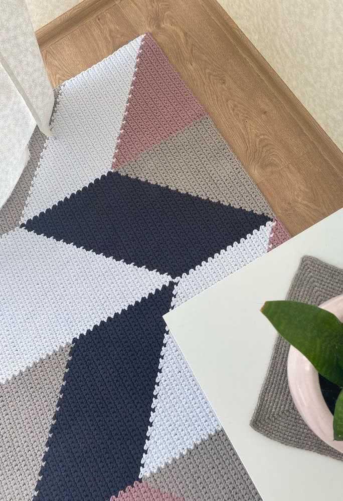 Já esta opção utiliza bem das formas geométricas por toda a dimensão das peças, utilizando tons pastéis e azul marinho.