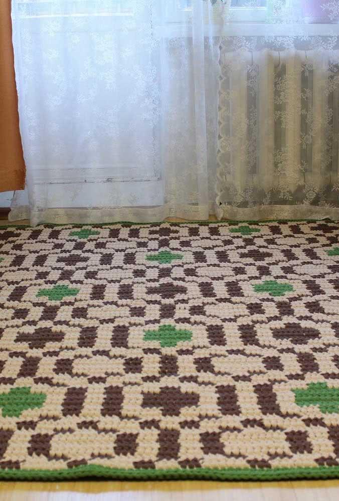 Lindo tapete de crochê retangular com mix de barbantes grossos creme, verde e marrom.