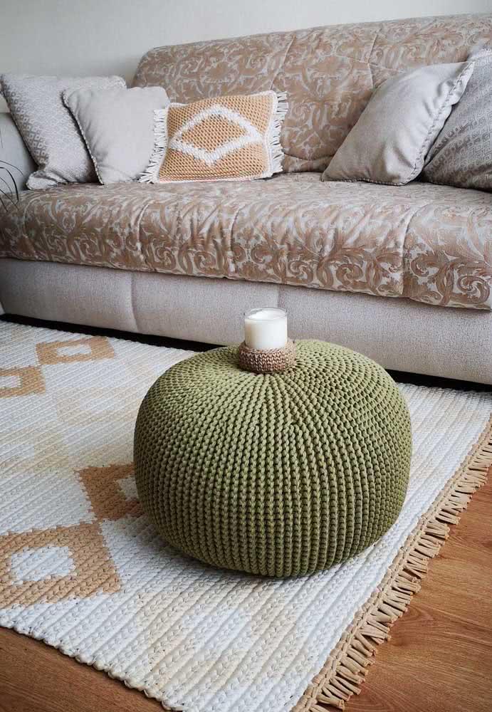 Tapete de crochê branco com losangos em tons de marrom por toda a extensão da peça.