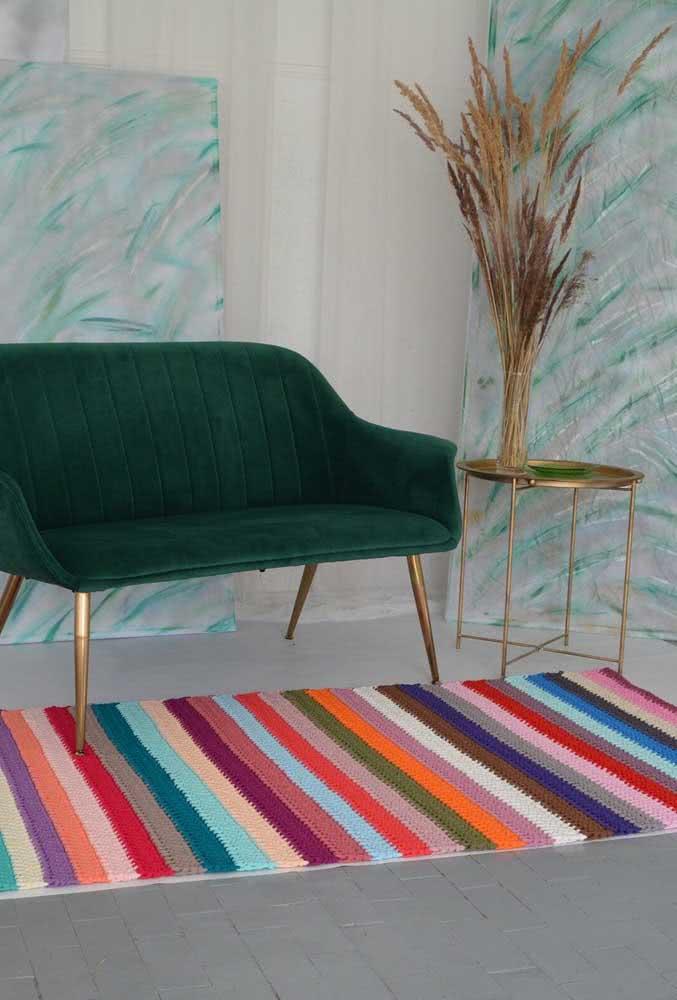Todo coloridinho: tapete de crochê com listras de diversas cores de ponta a ponta.