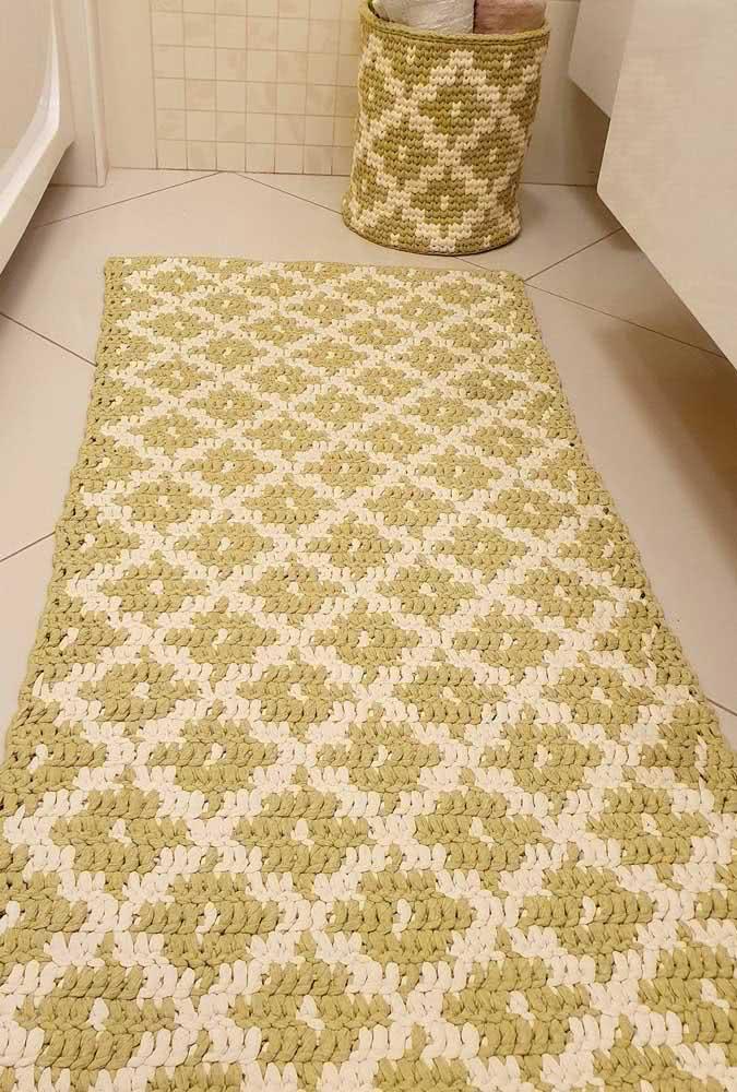 Flores verde musgo claro e creme em jogo de tapete retangular e porta toalha.