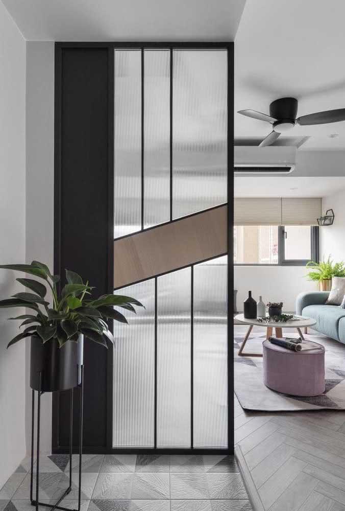 Divisória de vidro canelado com detalhes em metal e madeira. Inspiração perfeita para um ambiente moderno