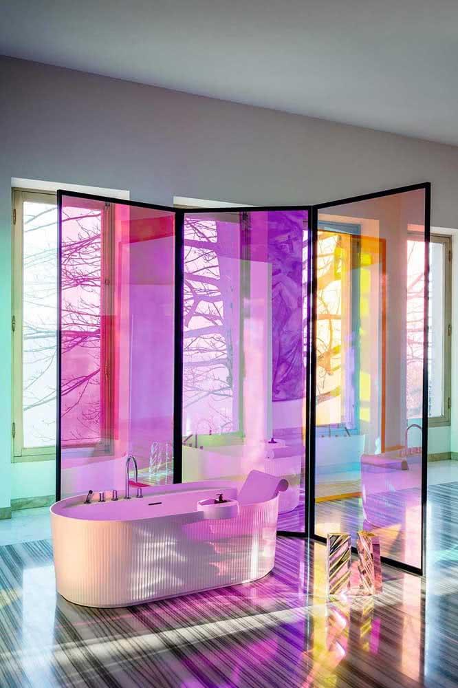 Lúdicas, essas divisórias de vidro coloridas deixam o banheiro divertido e alegre