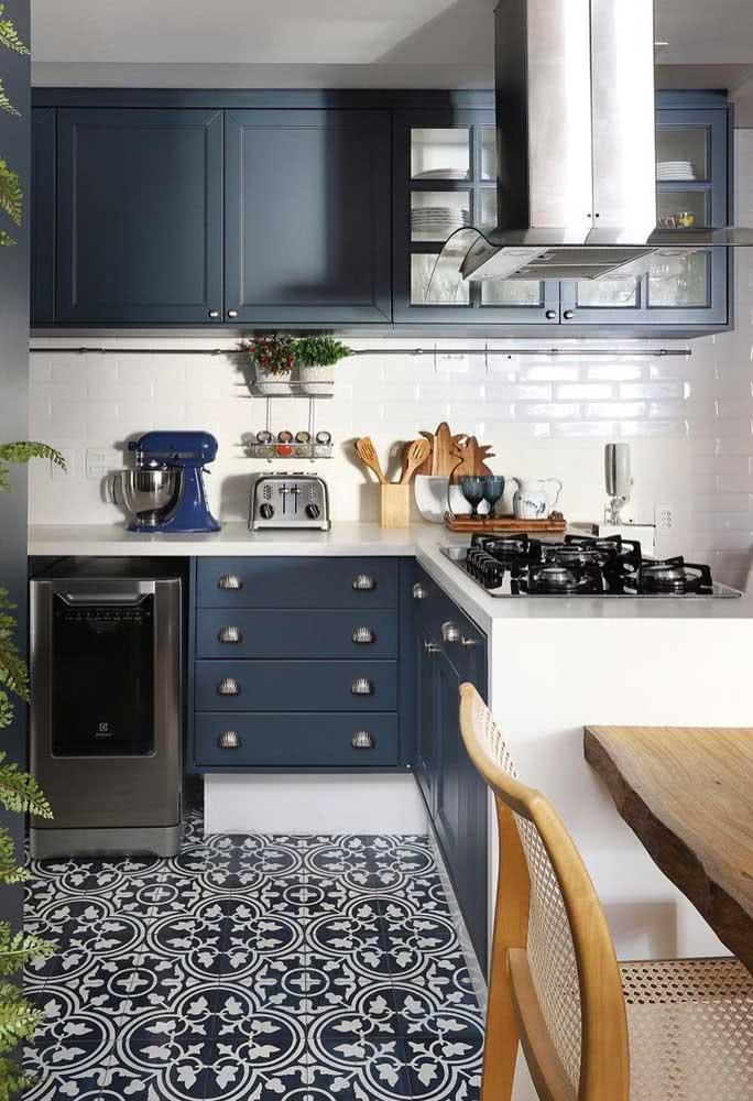Cooktop na ilha da cozinha. O aparelho versátil se ajusta a diferentes pontos do ambiente