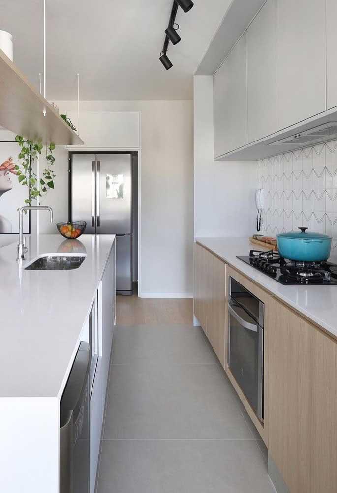 Cozinha planejada com cooktop. Um projeto leve e moderno