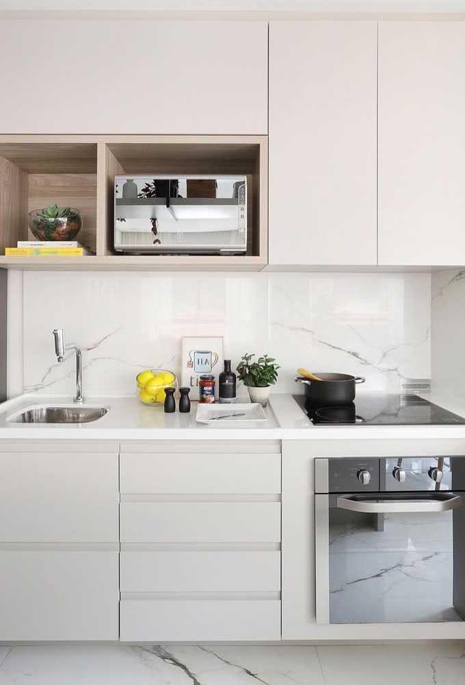 Cooktop preto em contraste com a cozinha branca