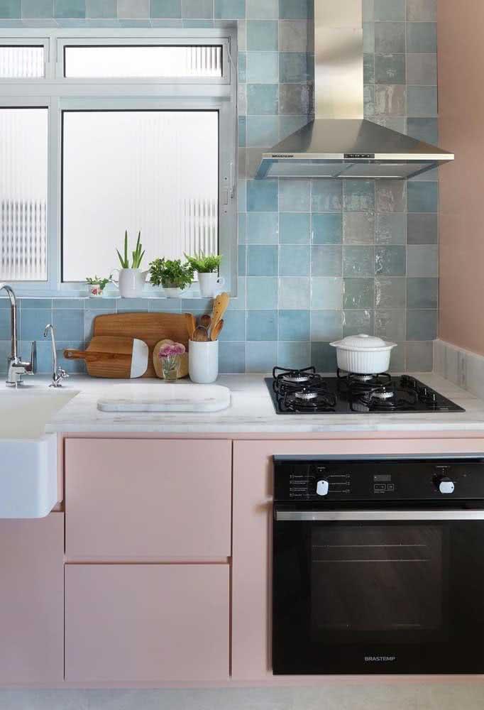 Cooktop e forno combinando e em contraste com a cozinha cor de rosa