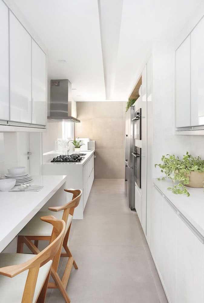 Cozinha branca com cooktop preto: o duo clássico que nunca sai de moda