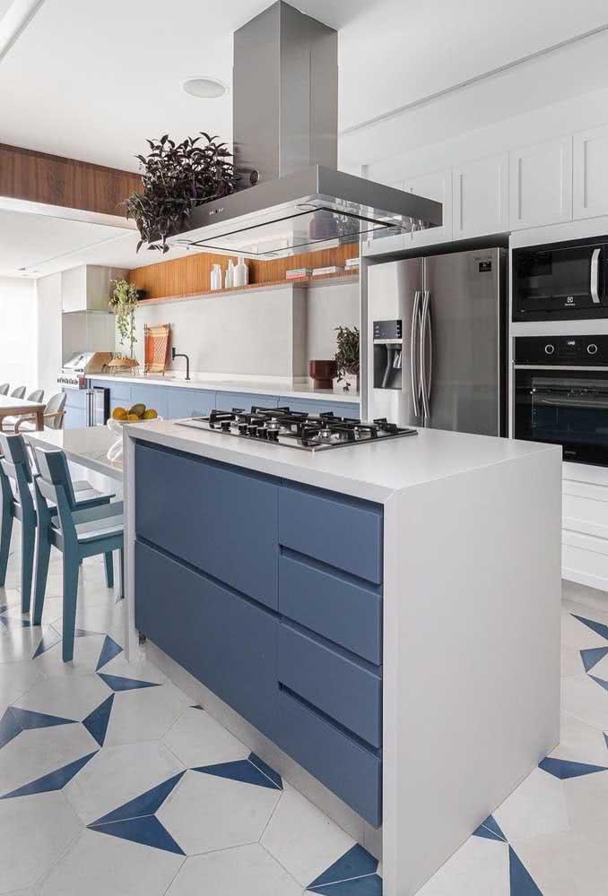 Cozinha planejada com cooktop. O forno não precisa ficar próximo, aqui, ele fica em uma torre junto do microondas