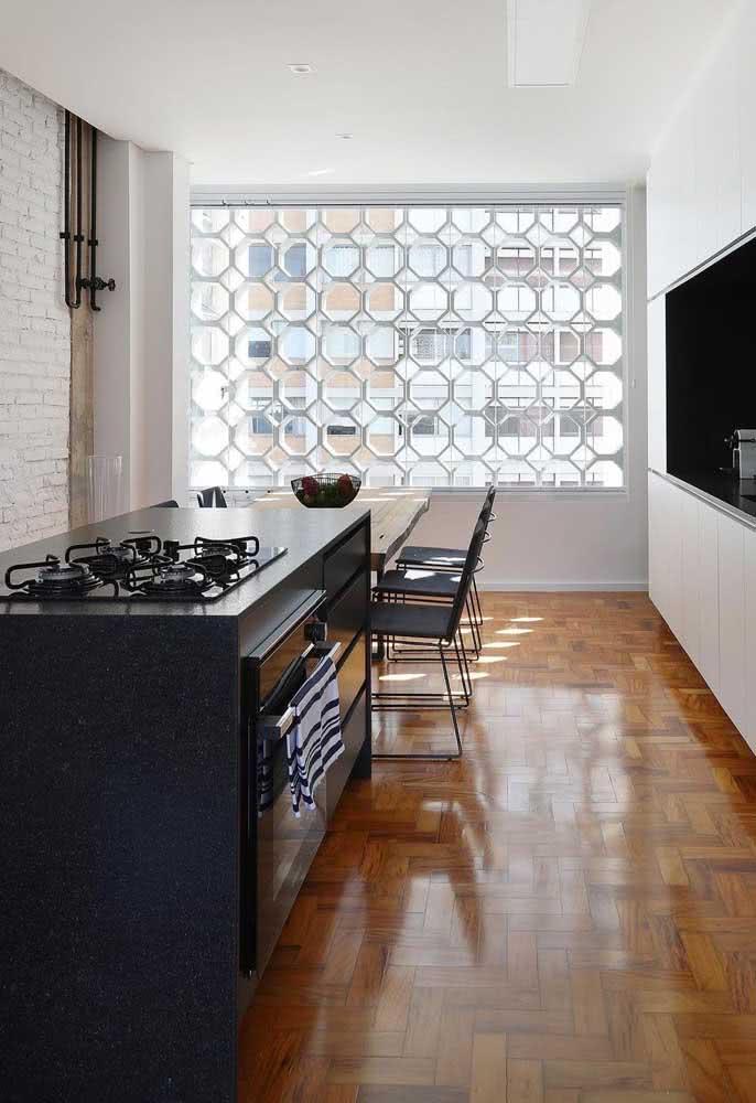 Bancada de granito com cooktop preto: composição imbatível