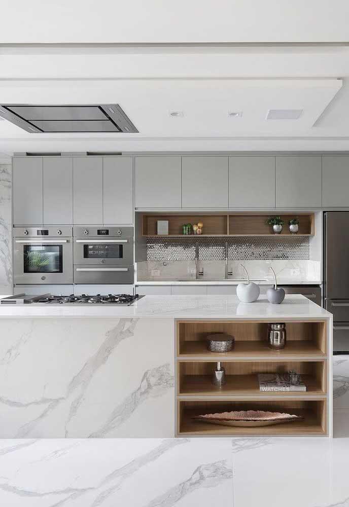 Mas se preferir invista no contraste entre o cooktop e o mármore branco