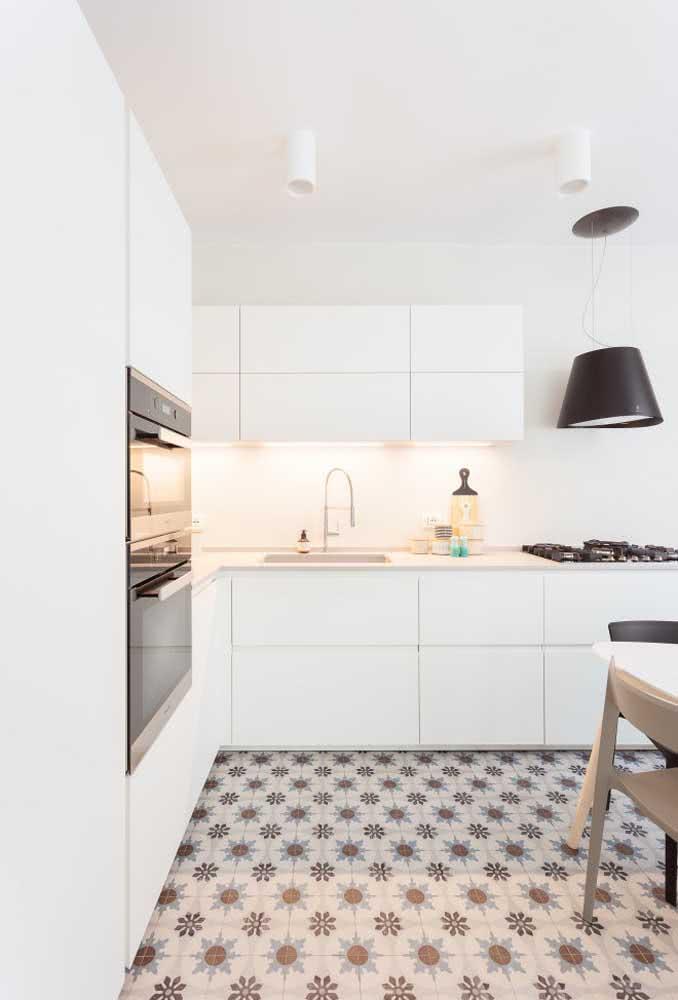 Cozinha planejada e super funcional com o cooktop ao lado da pia