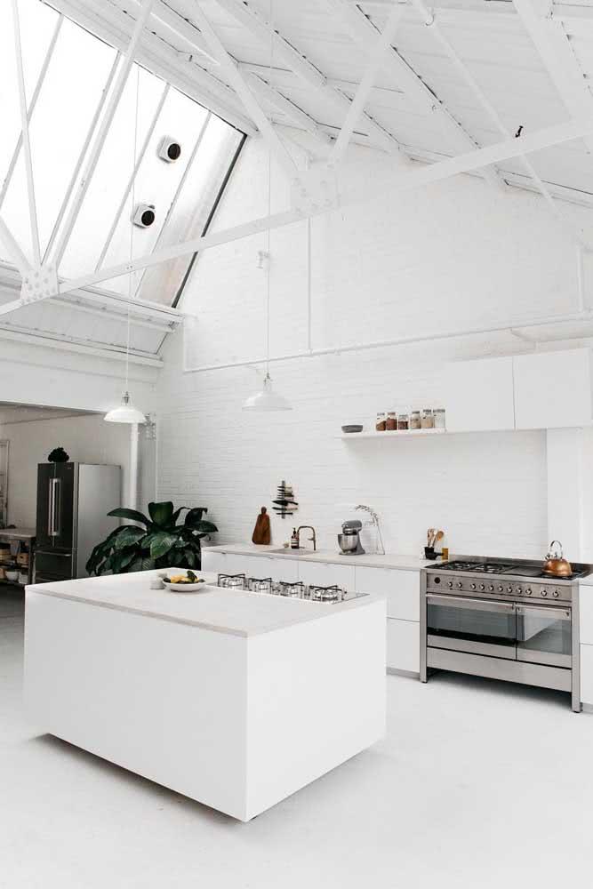 Aqui, o fogão industrial e o cooktop dão conta do preparo de todas as refeições