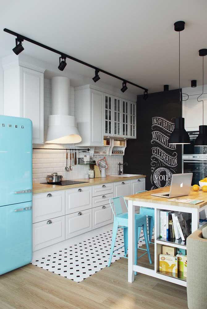 A cozinha retrô ganhou um charme a mais e um toque de contemporaneidade com o cooktop moderno