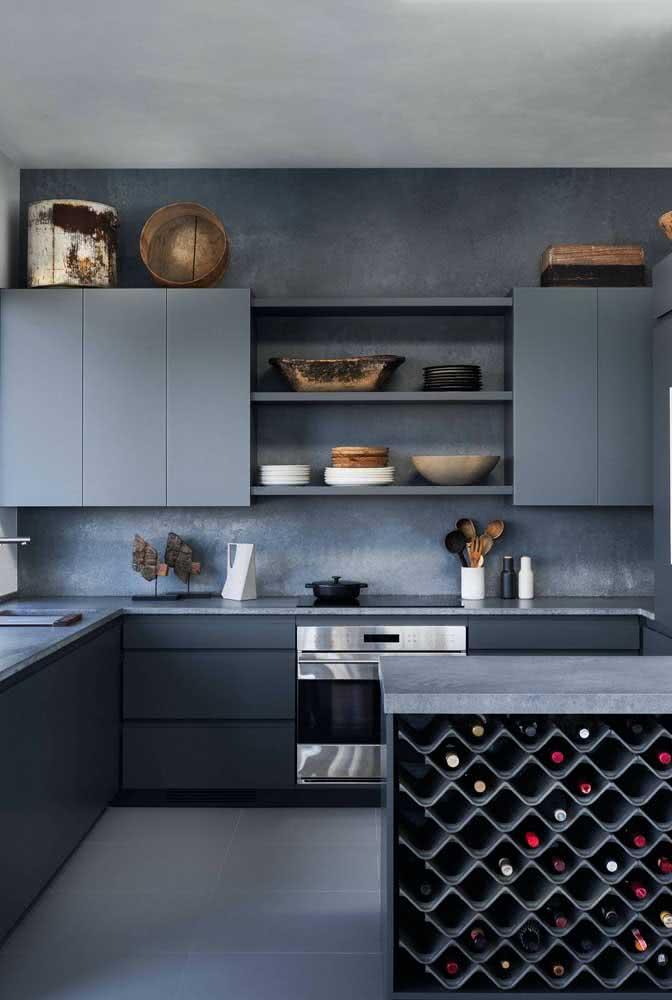 Aproveite o visual minimalista do cooktop para destacar outros objetos da cozinha