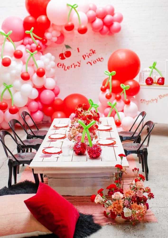O preto trouxe um toque de estilo e elegância para a mesa posta da festa cereja