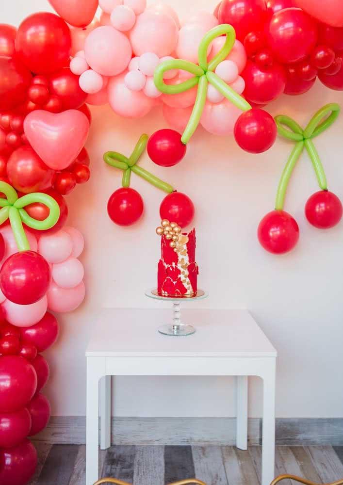 Bolo cereja vermelho para combinar com a cor da fruta